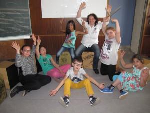 Diplom-Musiklehrerin Debora Wachter mit einigen Schülern beim Workshop