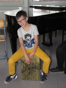 Ein Schüler der Cajón-AG präsentiert stolz seine Trommelkiste (Cajón)