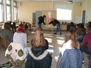 Schülerinnen und Schüler der Jahrgangsstufe 9 und die Referenten vom NDC: Sabine Ricken und Michel Schütz